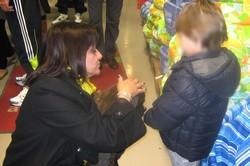 Mirella, en vraie pro, donne des conseils avisés avec tact à ce jeune adoptant...